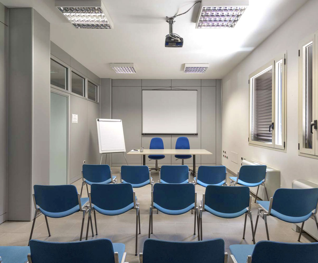 Meeting room standard with whiteboard and video projector